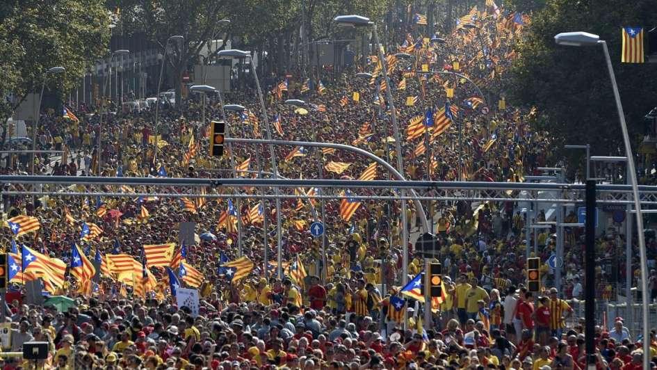 Una multitud amarilla y roja reclama la independencia de Cataluña