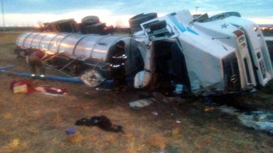 Volcó un camión aceitero y rescataron al chofer cuando se estaba ahogando con la carga