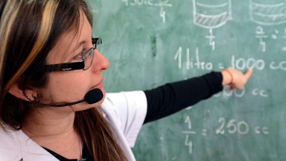 Cada vez más docentes usan micrófonos para dar clase