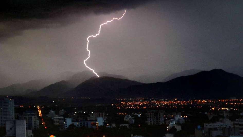 Tras el paso de las tormentas, se normalizó el servicio eléctrico en el Gran Mendoza
