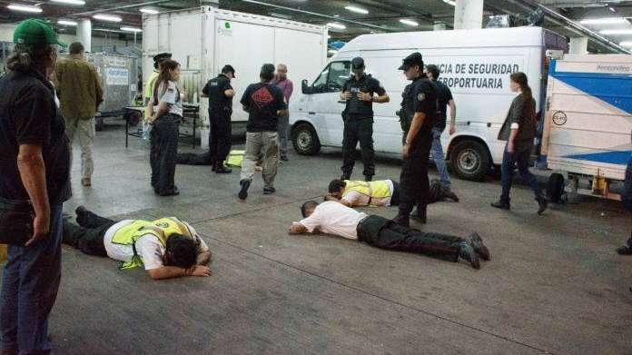 Desbaratan banda que abría valijas de pasajeros en Ezeiza y vendía por Mercado Libre