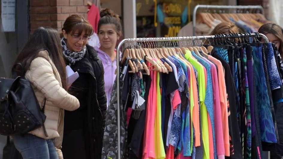 Una feria de ofertas en el barrio Bombal