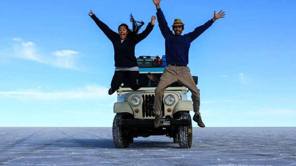 Viajan por América  en Jeep vendiendo postales y artesanías
