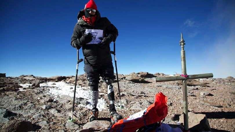 Llegó a la cima del Aconcagua ayudado por prótesis