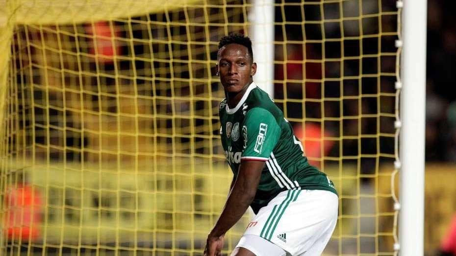 Insólito y lamentable: un jugador de Palmeiras le robó a un fotógrafo en pleno partido