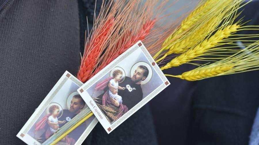 San Cayetano, entre la fe y la política