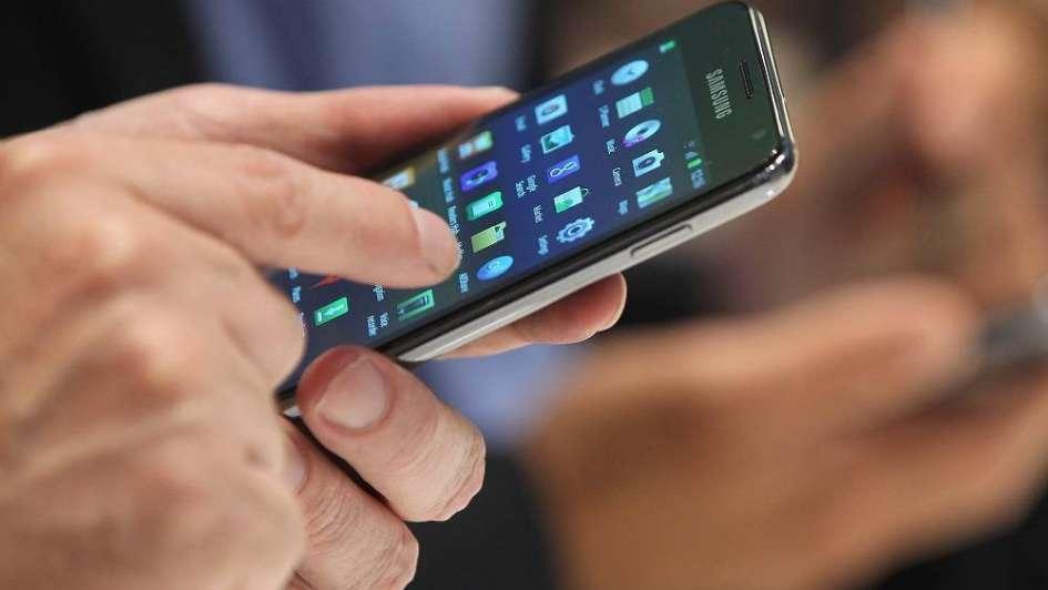 La forma en la que agarramos el celular al usarlo puede revelar nuestras contraseñas