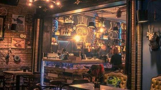 Un fantástico pub rumano estilo steampunk