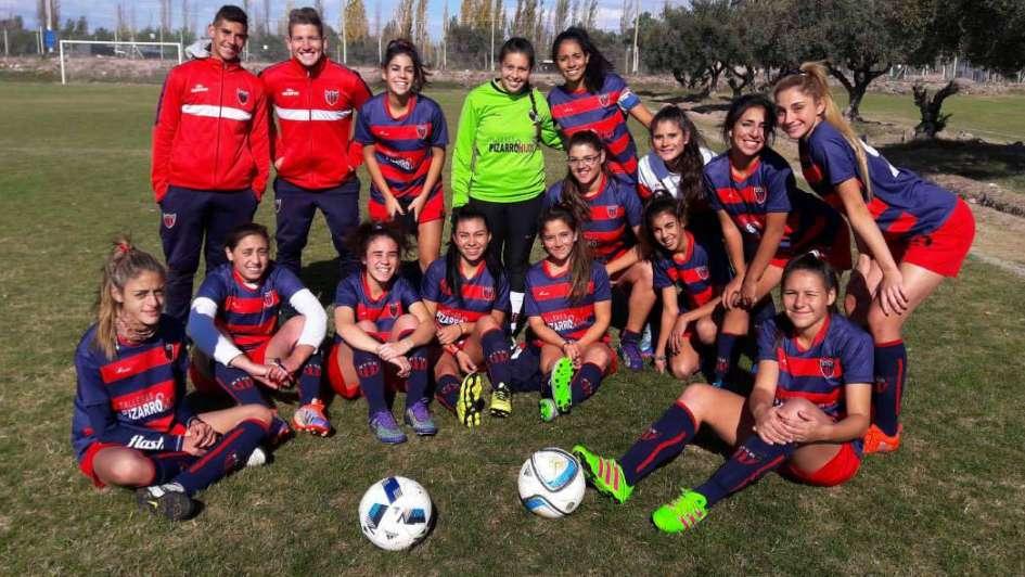 Fútbol femenino: Andes Talleres, damas delicadas afuera e implacables adentro de la cancha