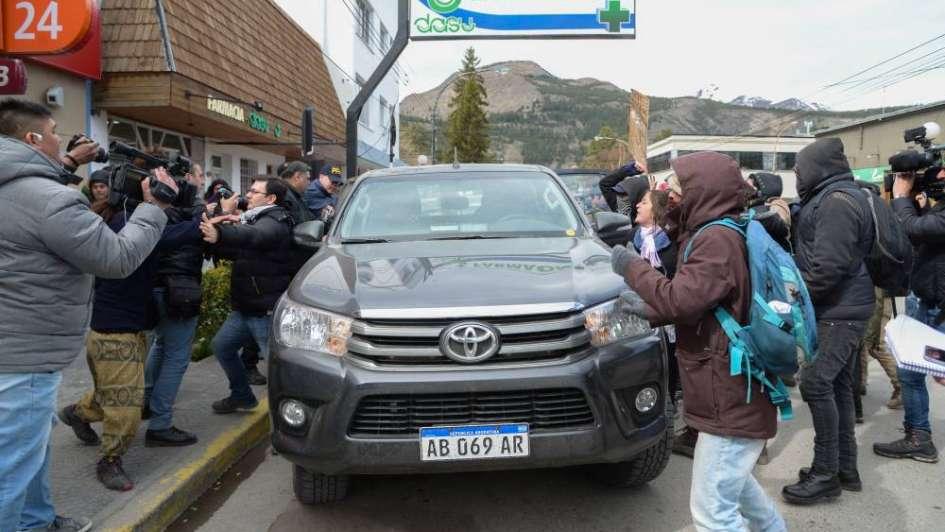 Incidentes en el juzgado de Esquel: atacaron una camioneta creyendo que iban gendarmes