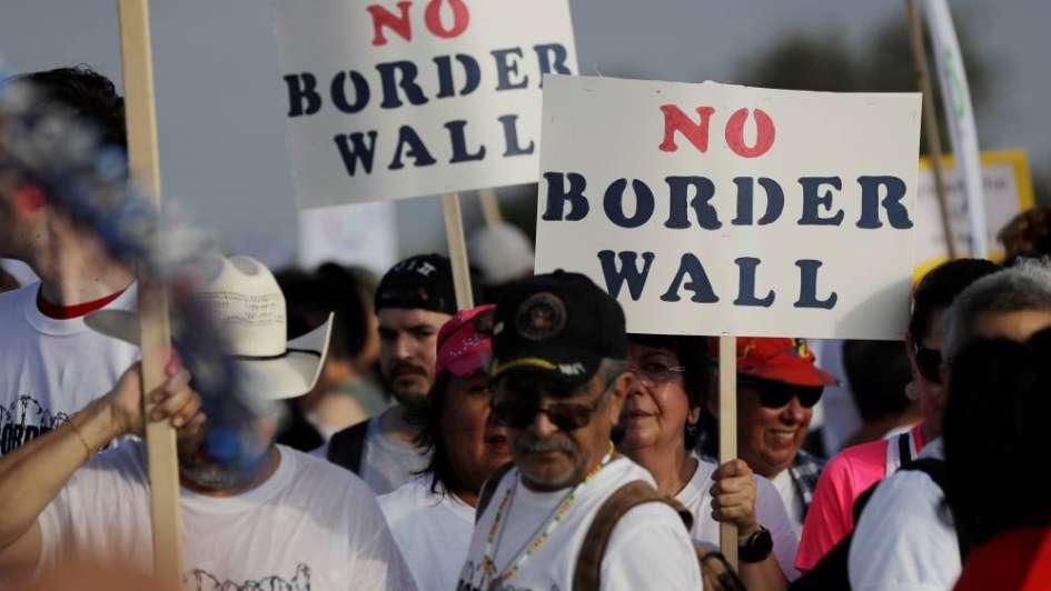 Cientos marcharon en Texas para protestar contra el muro que pretende levantar Trump