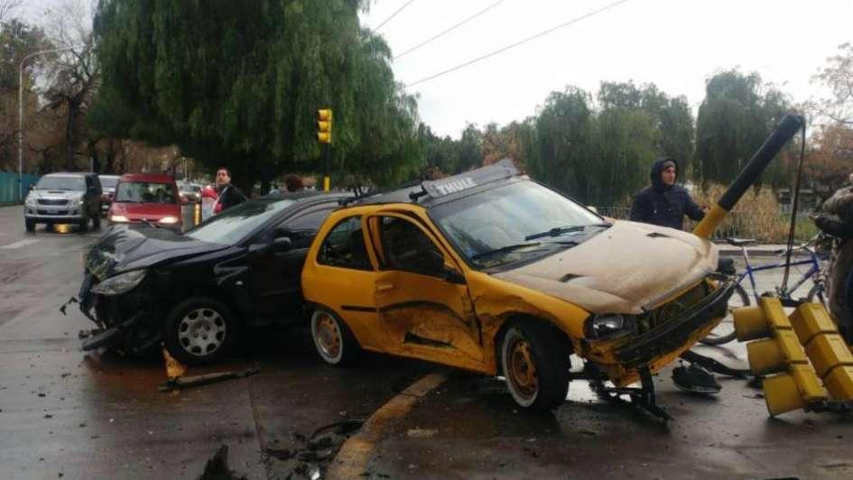 Un auto se incrustó en un semáforo tras un violento choque en Costanera
