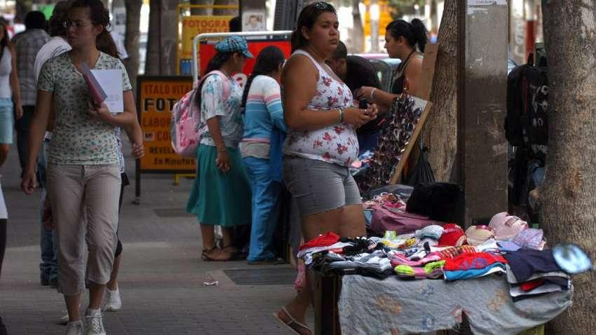 Tras los desmanes en Buenos Aires, advierten sobre los manteros en Mendoza