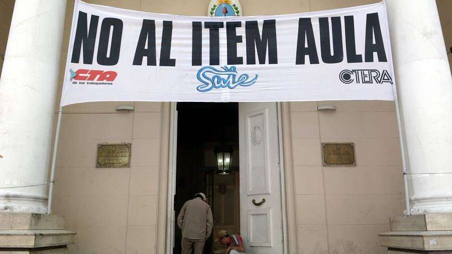 "Aval de la Procuraduría al ""ítem aula"" de Cornejo"