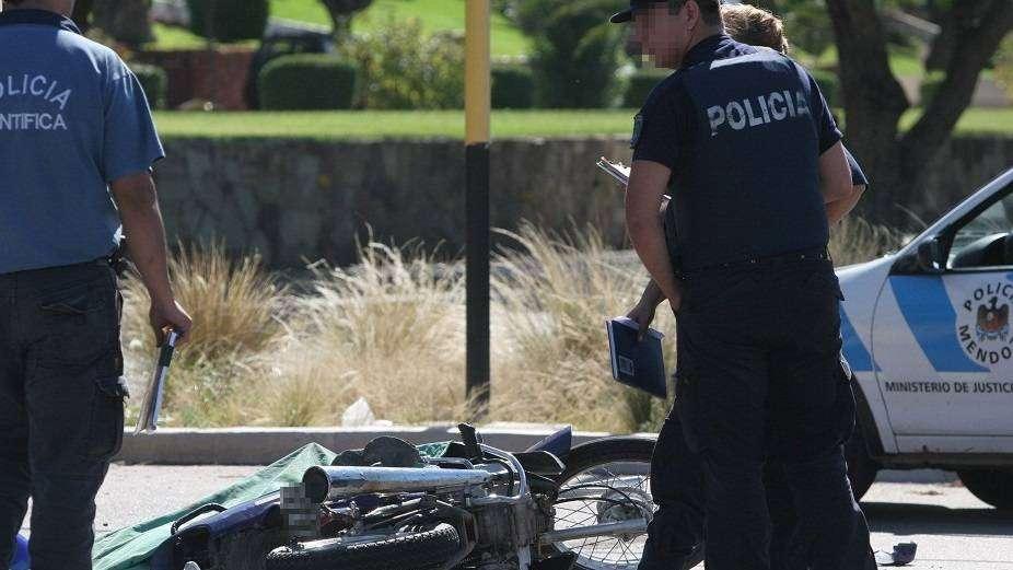 Guaymallén: una mujer en grave estado luego de chocar en una moto y terminar en la acequia