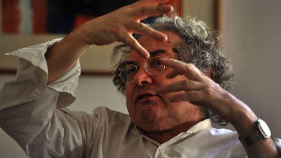 Ricardo Piglia tiene una enfermedad paralizante y exigen a la prepaga que le cubra el tratamiento