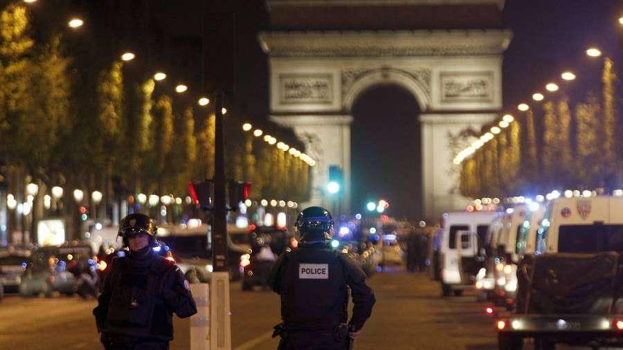 Un policía muerto y un atacante abatido un tiroteo en los Campos Elíseos de París