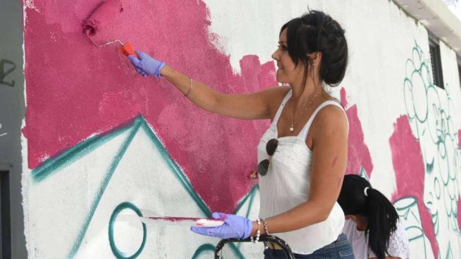 Un mural vendimial diseñado y pintado por ex reinas ya decora la Ciudad