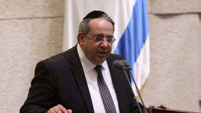 Un diputado israelí debió renunciar a su banca por ir al casamiento de su sobrino gay