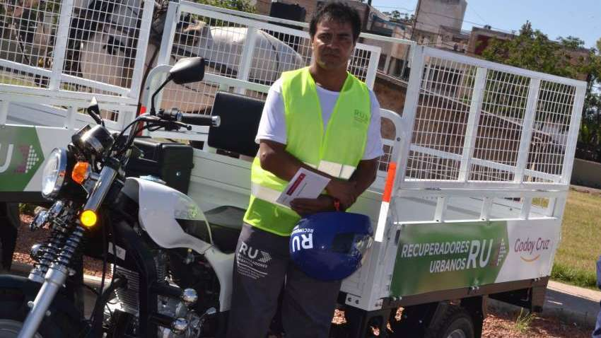 Godoy Cruz entregó ocho motocarros a recuperadores urbanos