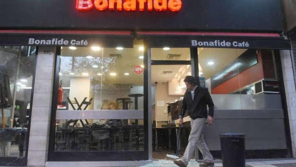 Rompieron la vidriera de Bonafide con una sombrilla y se robaron la caja registradora
