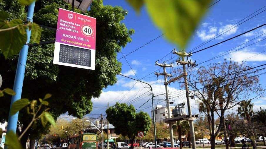 Miden con un sensor solar la velocidad en calle de Godoy Cruz