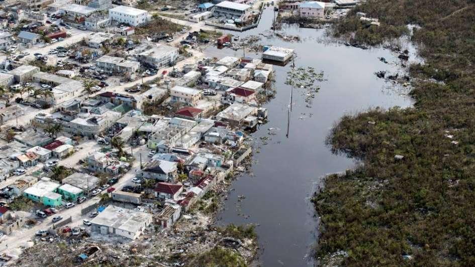 Impresionante vista desde un drone de las islas del Caribe después de Irma