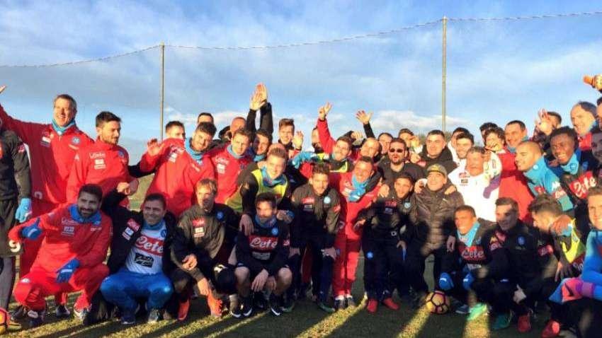 Maradona visitó la práctica del Napoli y les prometió algo especial a los  jugadores a94c7dd64bc31