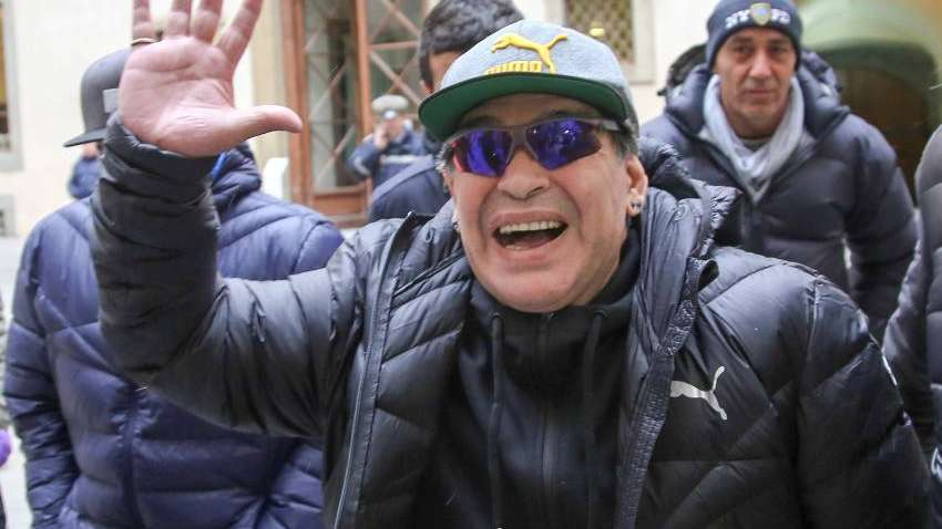 Maradona visitó la práctica del Napoli y les prometió algo especial a los  jugadores fade83ed8b4bb