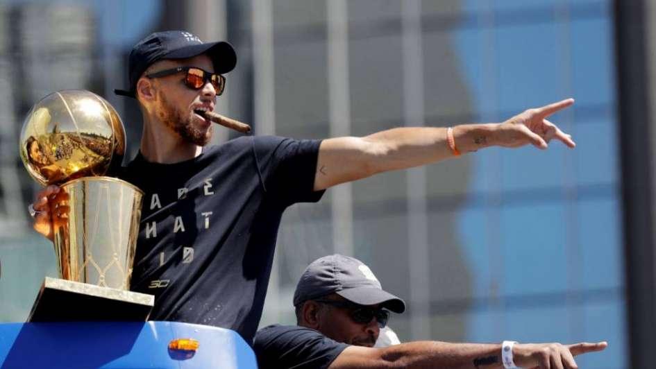 Video: los Warriors celebraron el anillo de la NBA con un desfile en Oakland