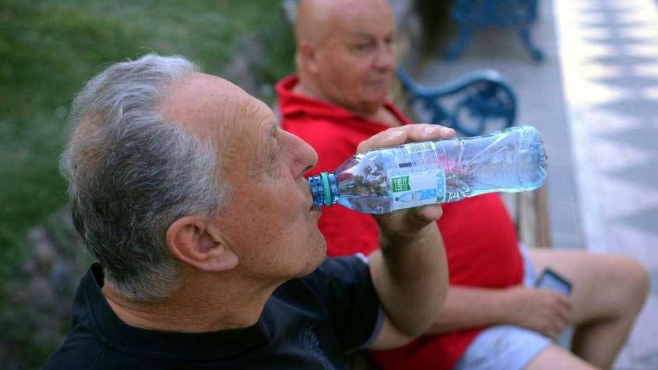Ante el calor, los mayores deben consumir más agua
