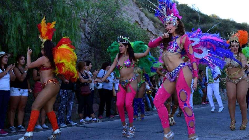 La tribuna más popular con samba, homenaje y nueva reina