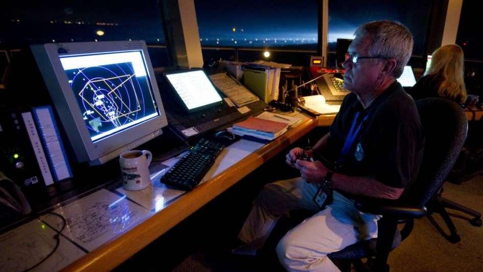 Controladores se defienden tras la acusación por un avión que tuvo que hacer tiempo en el aire