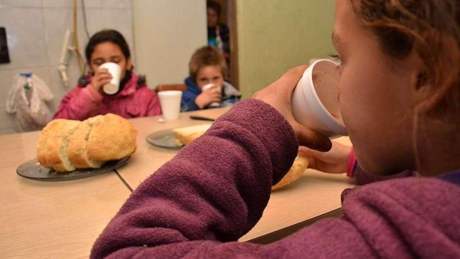 """Menores, los que más """"picotean"""" entre las comidas"""