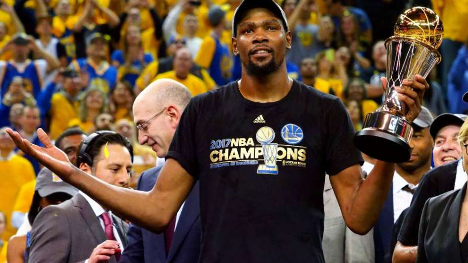 NBA: Kevin Durant renunció a 9 millones de dólares para seguir en los Warriors