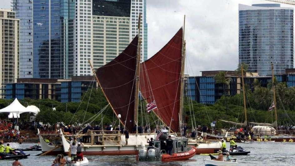 La vuelta al mundo en una canoa hawaiana