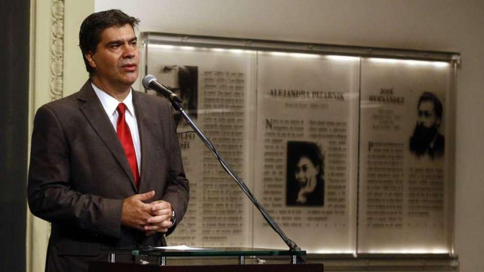 Luego de romper páginas del diario Clarín, Capitanich dijo que respeta la libertad de expresión