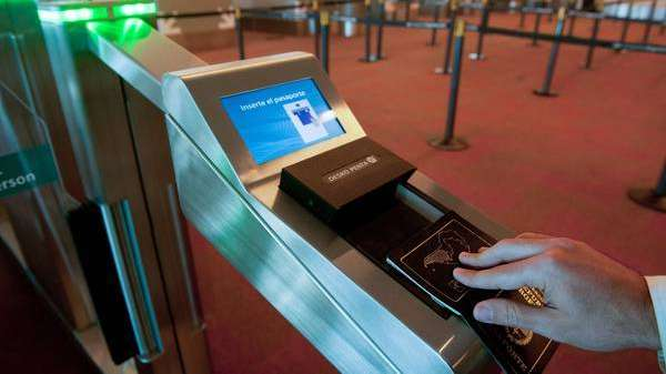 El aeropuerto de Ezeiza ya tiene puertas automáticas de ingreso y egreso biométrico