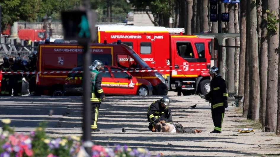 Alerta en París: un auto con explosivos chocó un furgón policial en Champs-Élysées