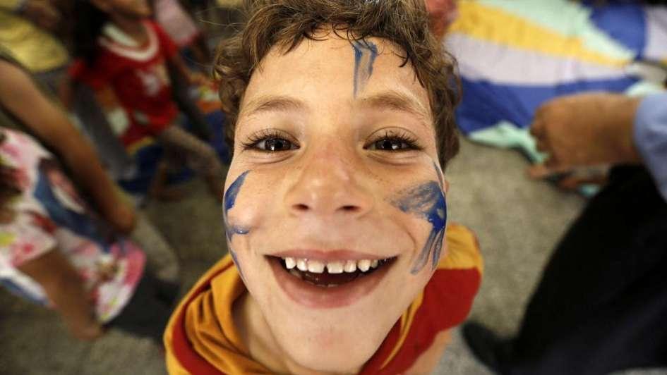 Con juegos y dibujos los niños palestinos intentan superar los traumas de guerra