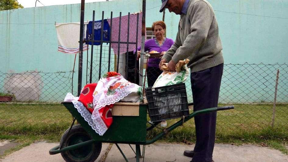 Don Roque: empuja una carretilla para vender pan y tortitas en Santa Rosa