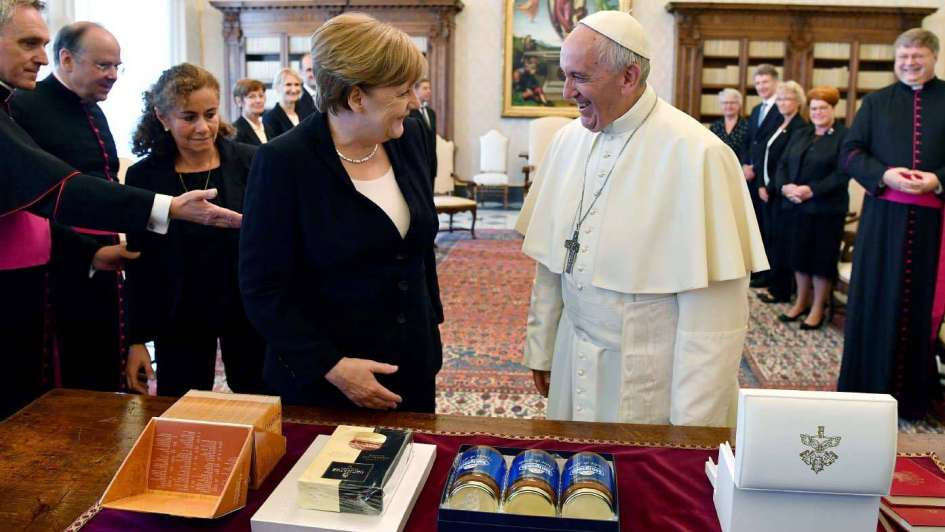 Vaticano: el líder más amado y la mujer más poderosa, por el clima