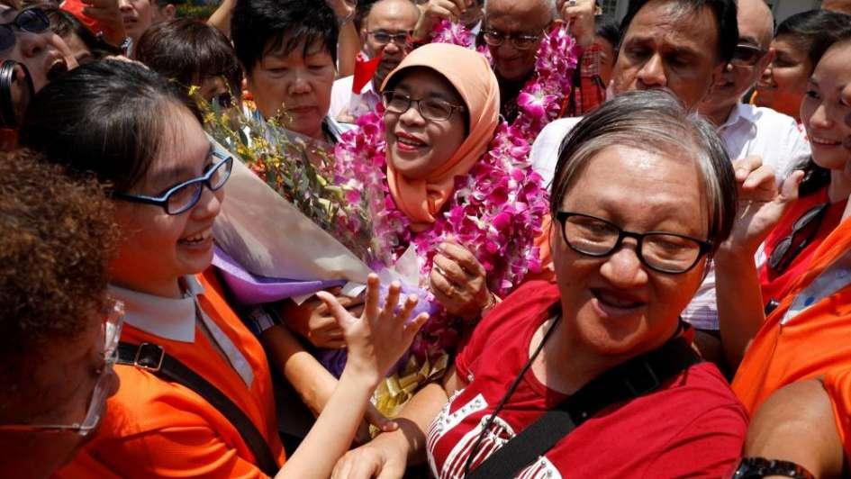 La inspiradora historia de Halimah Yacob que pasó de limpiar mesas a presidenta de Singapur
