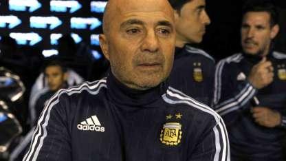 Así se lo vio a Sampaoli en el banco argentino. No encuentra la fórmula.