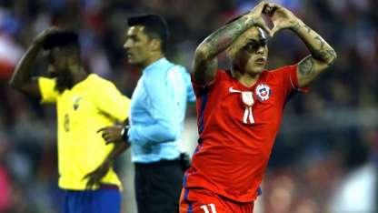 Eduardo Vargas festeja el primer gol de la Roja, que luego terminaría imponiéndose por 2 a 1.