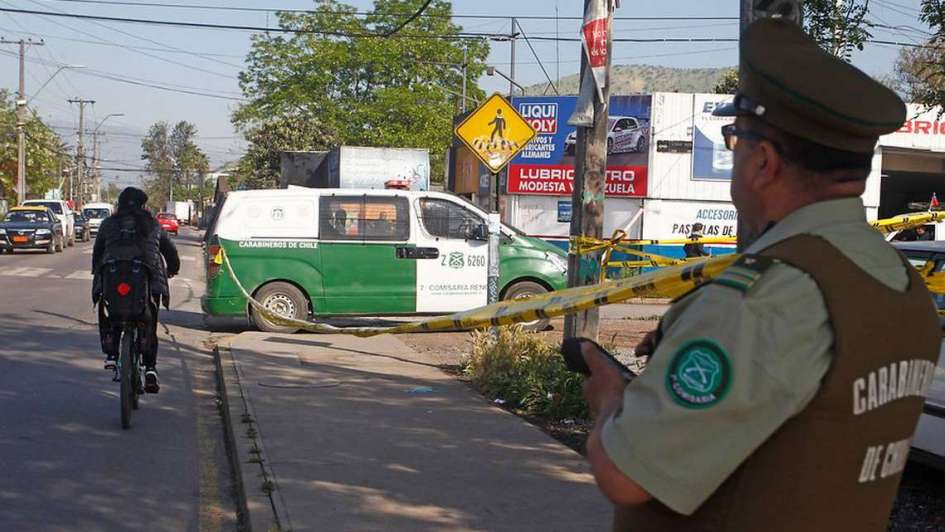Chile: un taxista no quiso llevar a una embarazada, parió en la calle y el bebé murió