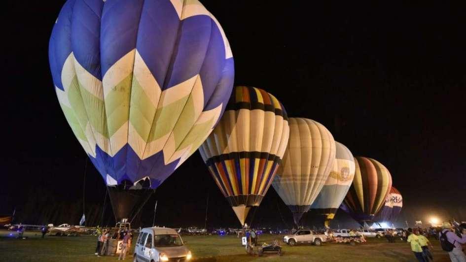 Una docena de globos iluminaron la noche