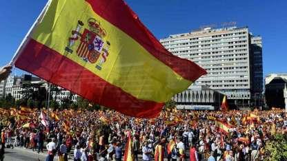 Unas 25.000 personas se manifestaron contra la independencia en la enorme plaza Colón, en el centro de Madrid.