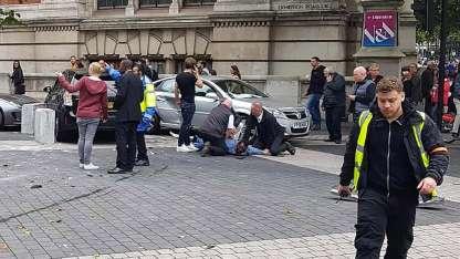 Policías mantienen en el suelo al conductor. Al parecer, fue sólo un accidente.