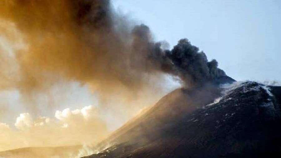 El Etna sigue activo pero un aeropuerto de  Sicilia reabrió
